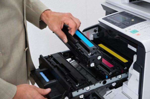Thay thế hộp mực máy in sửa máy in ra giấy trắng